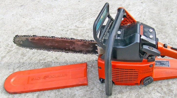 Chainsaw in need of oil on the ground